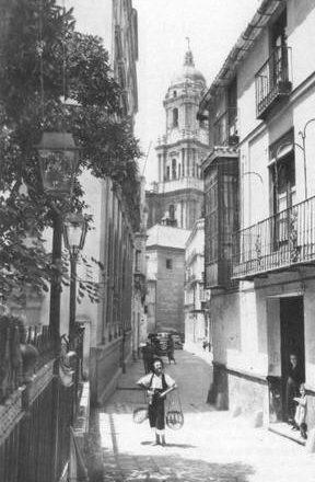 Y, estas mujeres, dando de su tiempo, y bajo la dirección del P. Arnaiz atendieron en Málaga más de veinte corralones