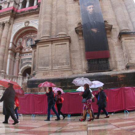 A pesar de la lluvia la gente acude a la Beatificación